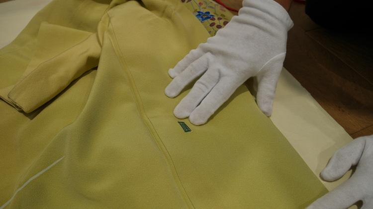 バイセルの査定士さんが着物の落款を確認している様子